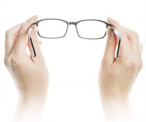 Salvaguardare-in-proprio-mettendo-su-occhiali-da-sole